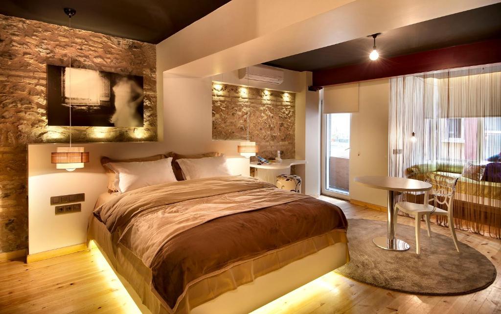 A bed or beds in a room at Nuru Ziya Suites