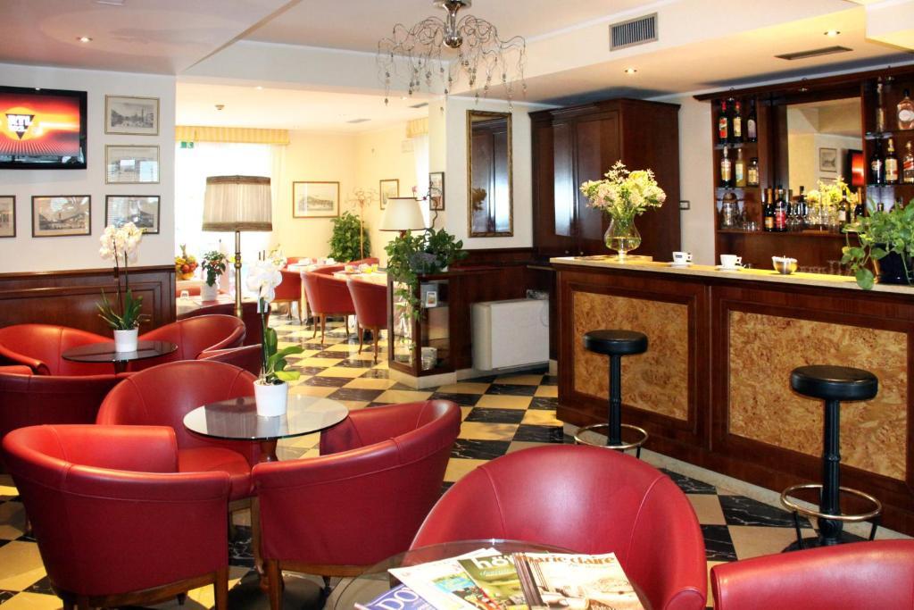 O lounge ou bar de Hotel Regit