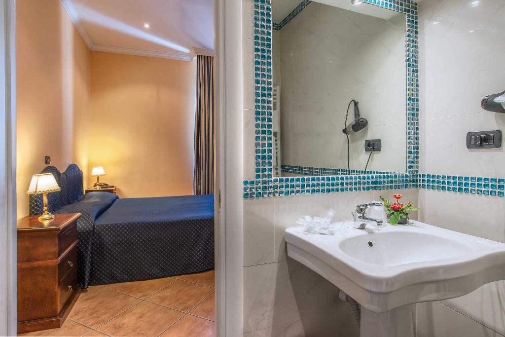 A bathroom at Hotel Caracciolo