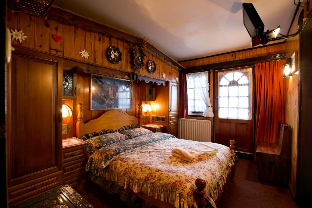 A bed or beds in a room at Karelia Alpine Lodge