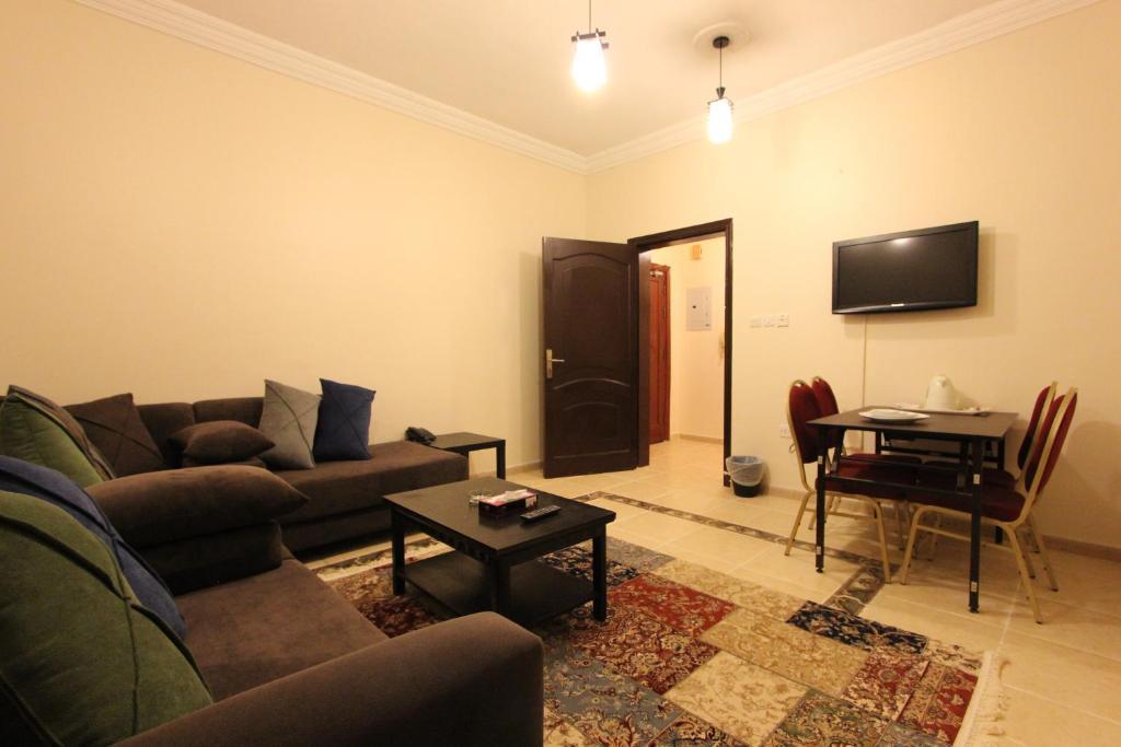 Uma área de estar em Abahi Apartment