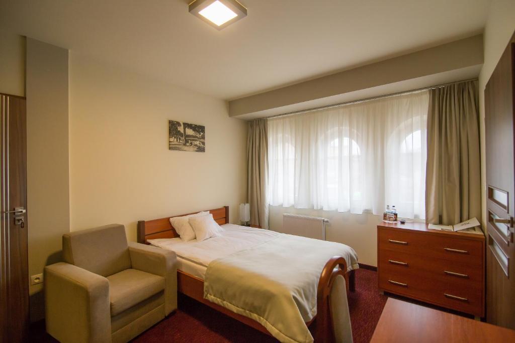 Łóżko lub łóżka w pokoju w obiekcie Zajazd Biskupi