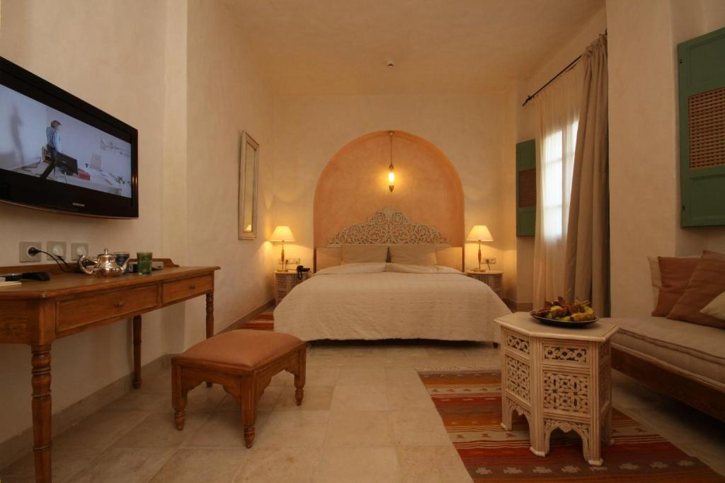 A bed or beds in a room at Dar Saida Beya