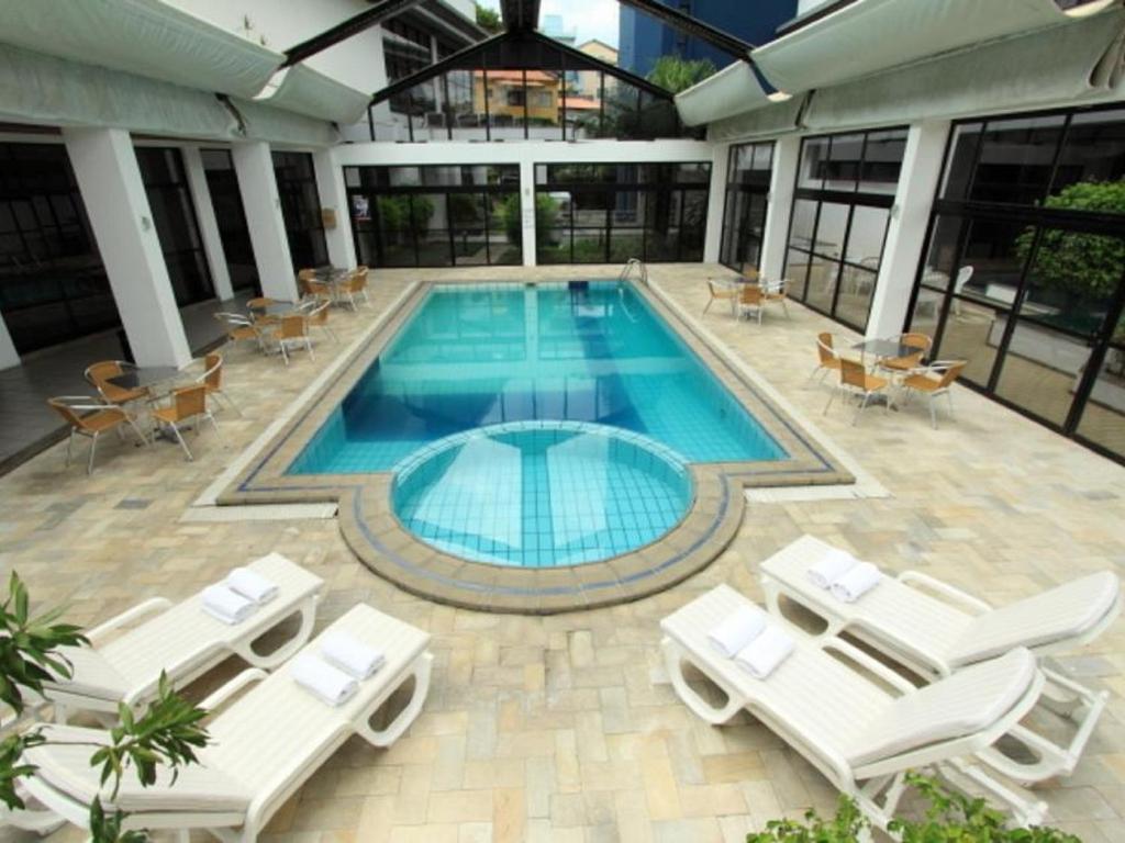A piscina localizada em Cambirela Hotel ou nos arredores