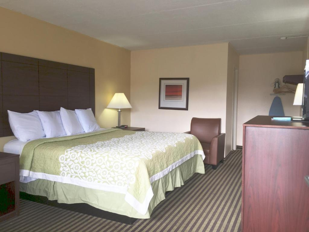A bed or beds in a room at Americas Best Value Inn at Central Valley