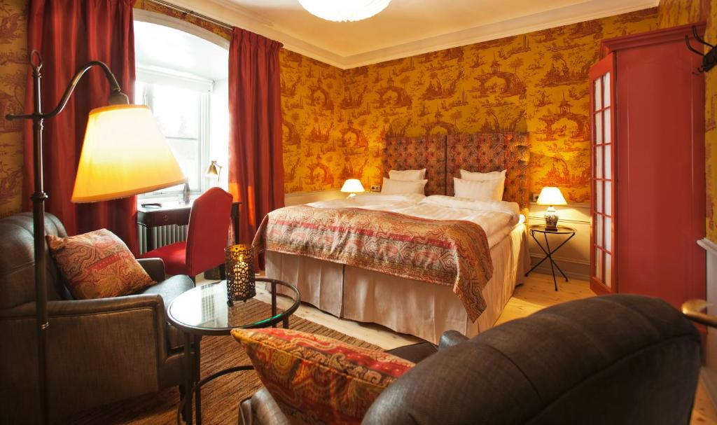 A bed or beds in a room at Rosersbergs Slottshotell