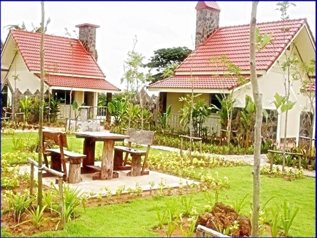 A garden outside Ratchapreuk Resort