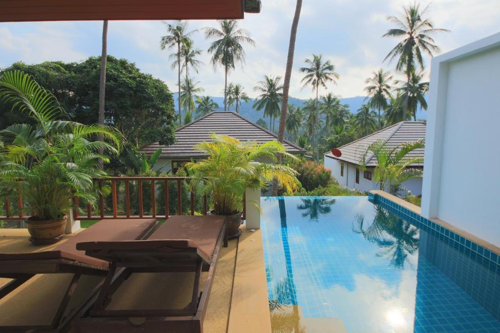 Der Swimmingpool an oder in der Nähe von Tropical Season Villa Resort