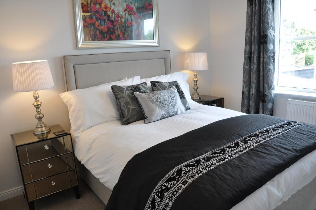 A bed or beds in a room at Westgate Apartments Birchlee