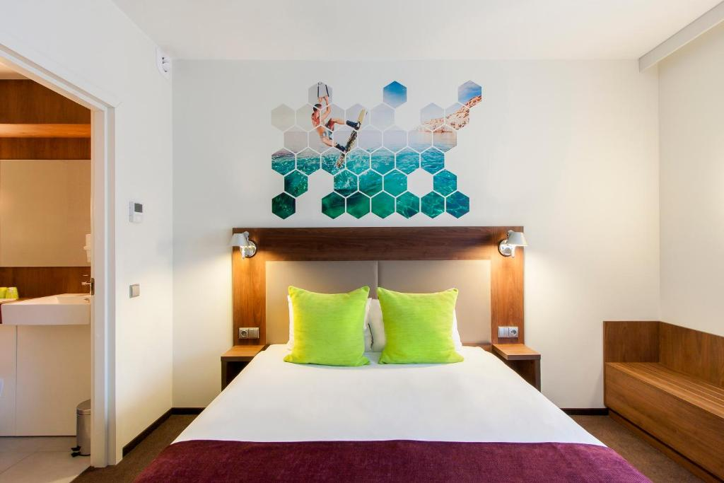A bed or beds in a room at Ibis Styles Vilnius