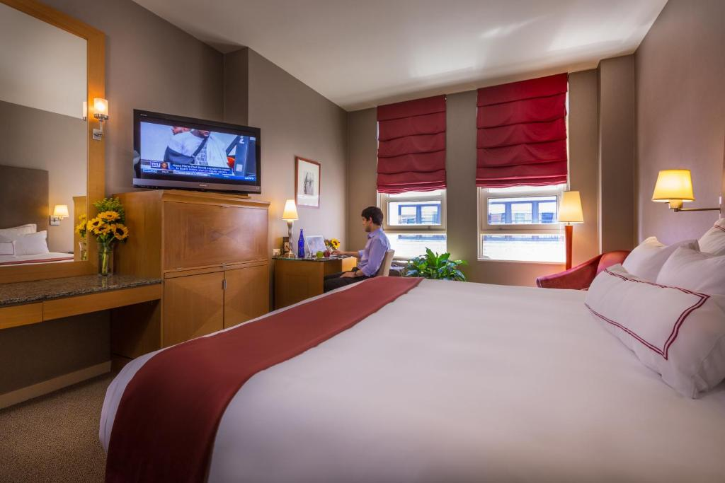 A bed or beds in a room at Hotel Giraffe by Library Hotel Collection