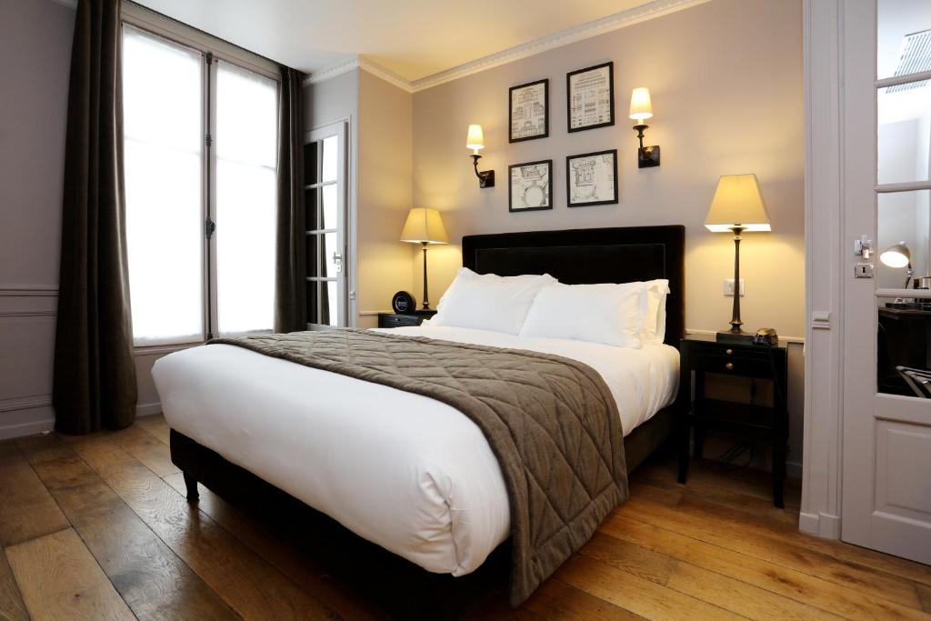 A bed or beds in a room at Hotel Saint-Louis Pigalle