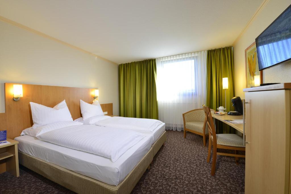 AMBER HOTEL Leonberg / Stuttgart tesisinde bir odada yatak veya yataklar