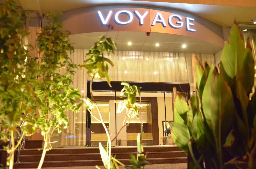 A fachada ou entrada em Voyage Hotel