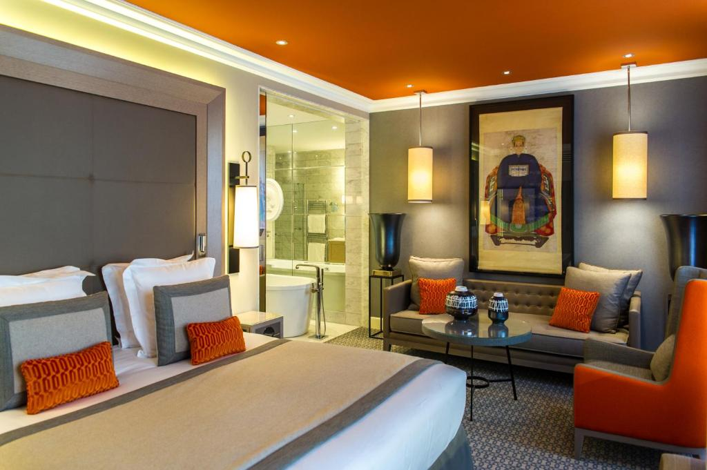 A bed or beds in a room at Hôtel Alchimy