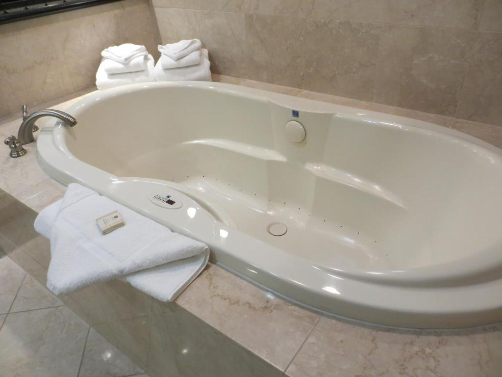 A private jacuzzi at the Best Western Plus Casino Royale.