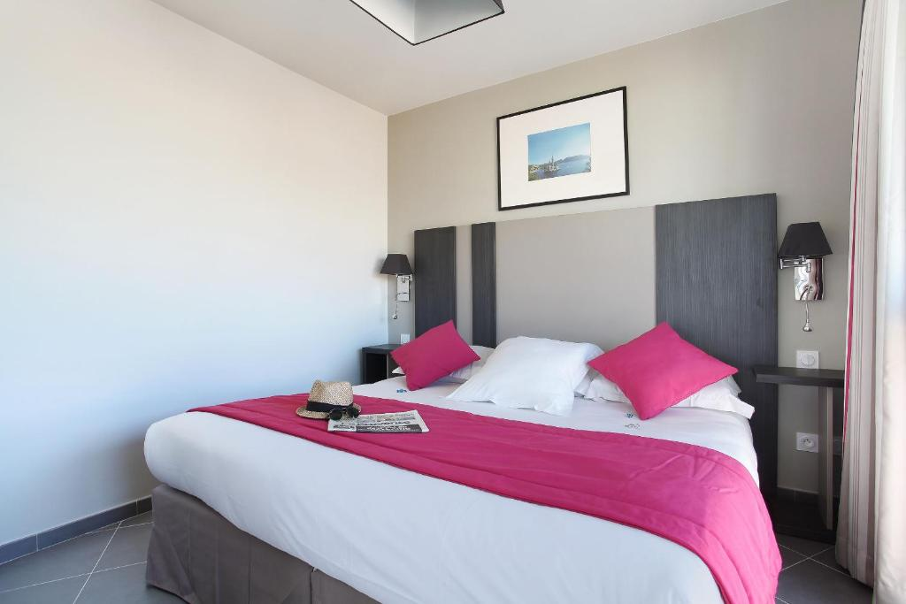 A bed or beds in a room at Odalys City Marseille Prado Castellane