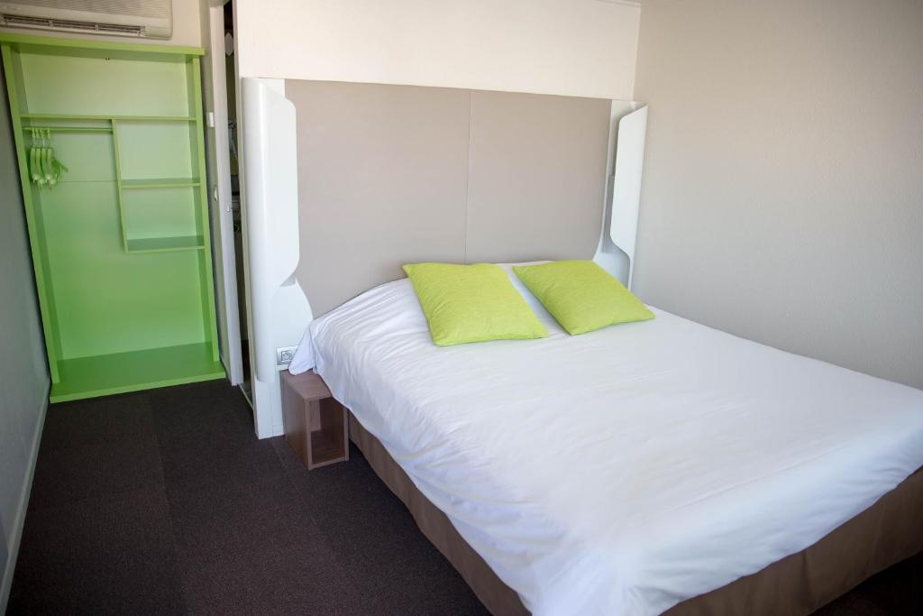 A bed or beds in a room at Campanile Dole