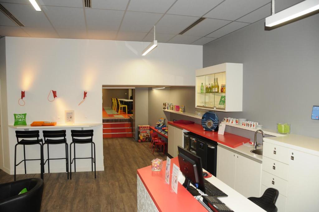 Cuisine ou kitchenette dans l'établissement Ibis Styles Chambery Centre Gare