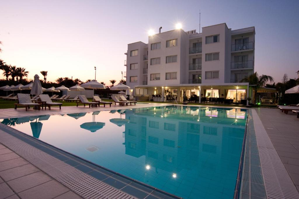 Het zwembad bij of vlak bij Frixos Suites Hotel Apartments