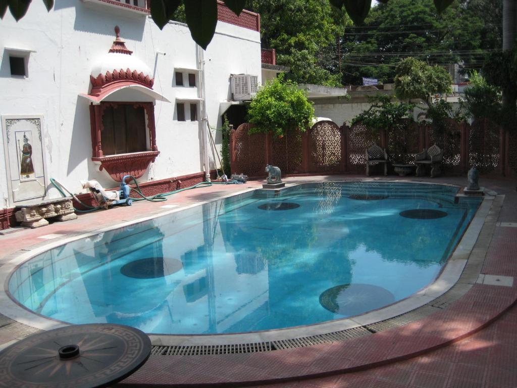 The swimming pool at or close to Rang Niwas Palace