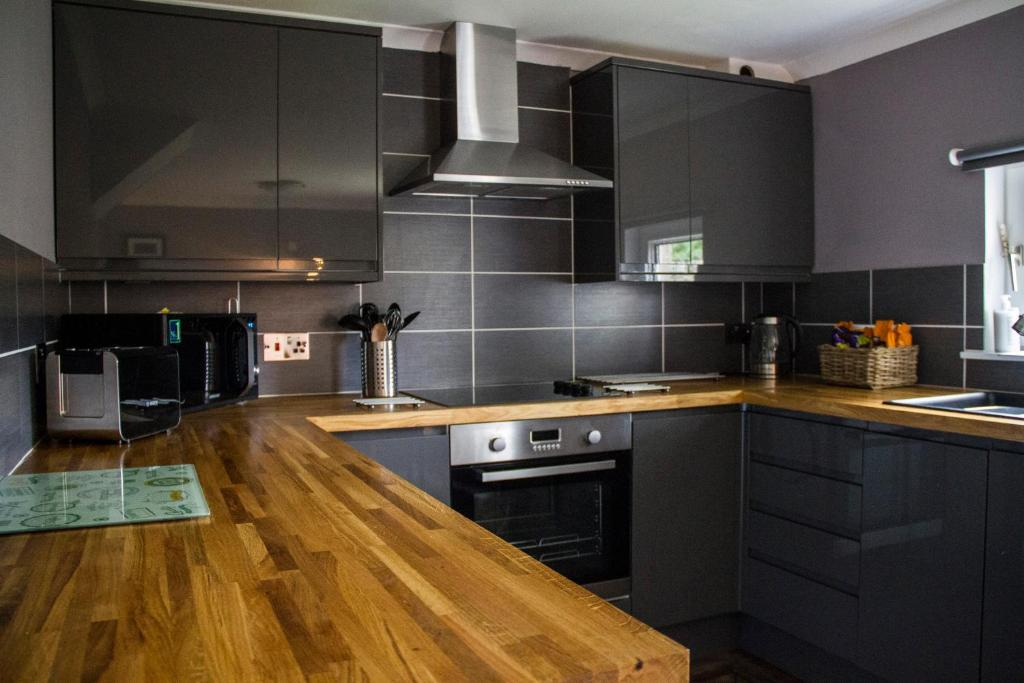 A kitchen or kitchenette at Home Farm Apartments