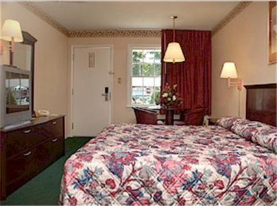 A bed or beds in a room at Yorktown Motor Lodge