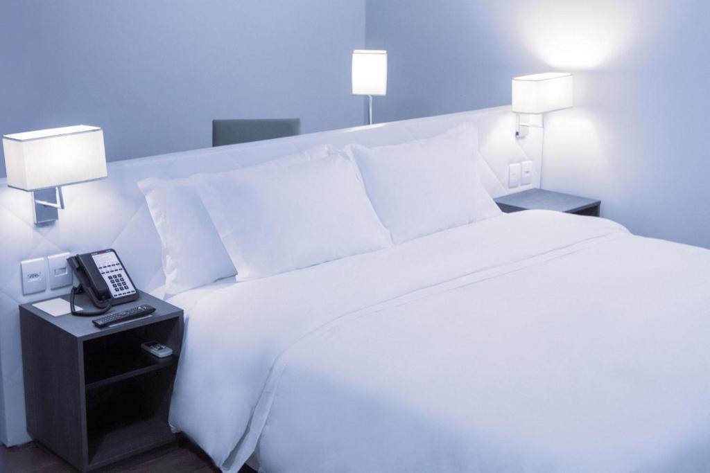 Кровать или кровати в номере Fratele Business Hotel