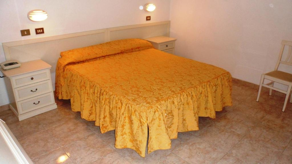 A bed or beds in a room at Hotel Reali