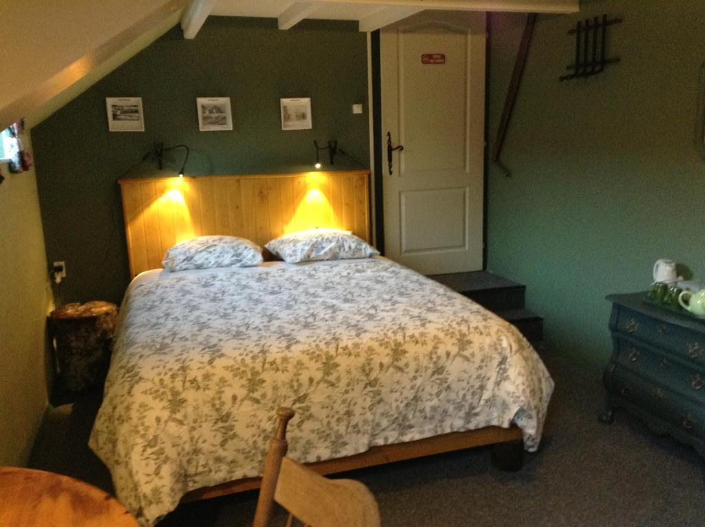A bed or beds in a room at Aux Sources de l'Yonne