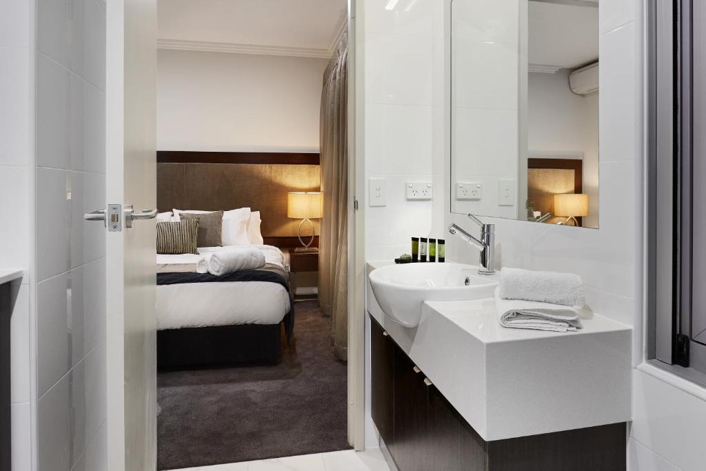 A bathroom at Attika Hotel