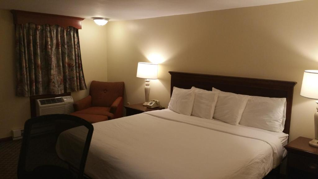 A bed or beds in a room at Dartmouth Motor Inn