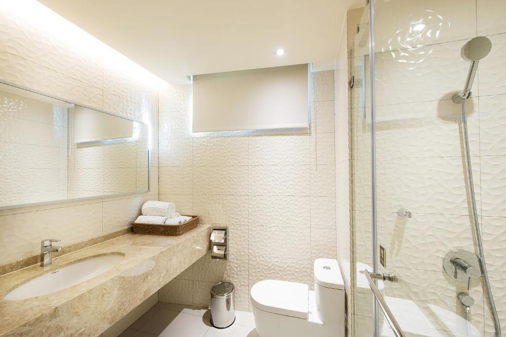 A bathroom at HE TI Hotel