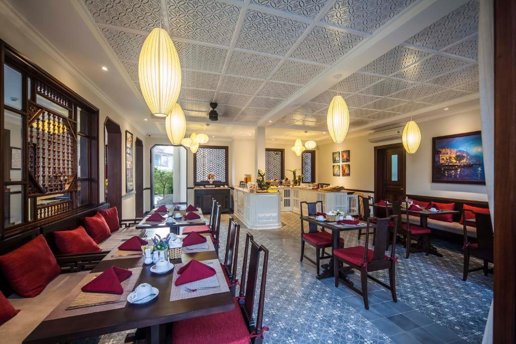 Ein Restaurant oder anderes Speiselokal in der Unterkunft Cozy Hoian Villas Boutique Hotel