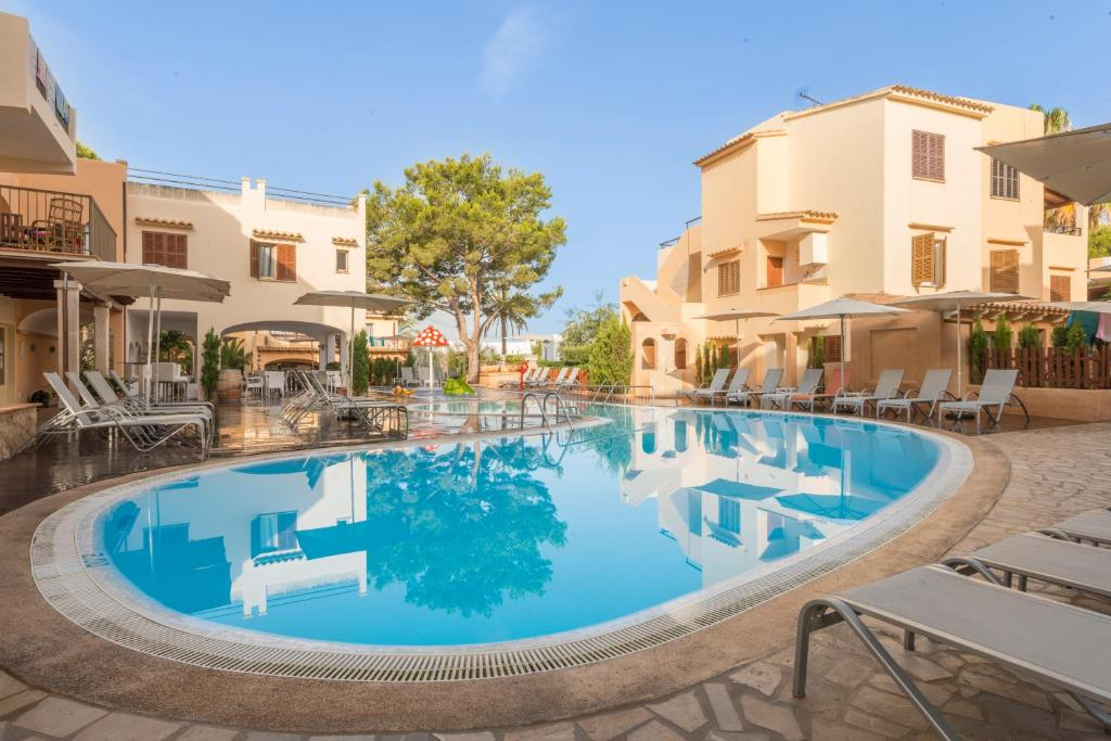 Der Swimmingpool an oder in der Nähe von Apartamentos Playa Ferrera