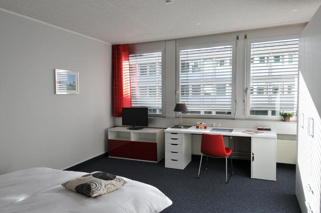 A television and/or entertainment center at Primestay Apartmenthaus Zürich Seebach