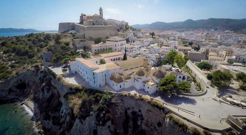 منظر Mirador de Dalt Vila-Relais & Chateaux من الأعلى