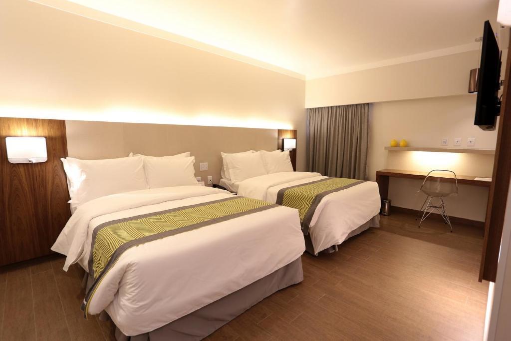 Cama ou camas em um quarto em Oasis Plaza Hotel