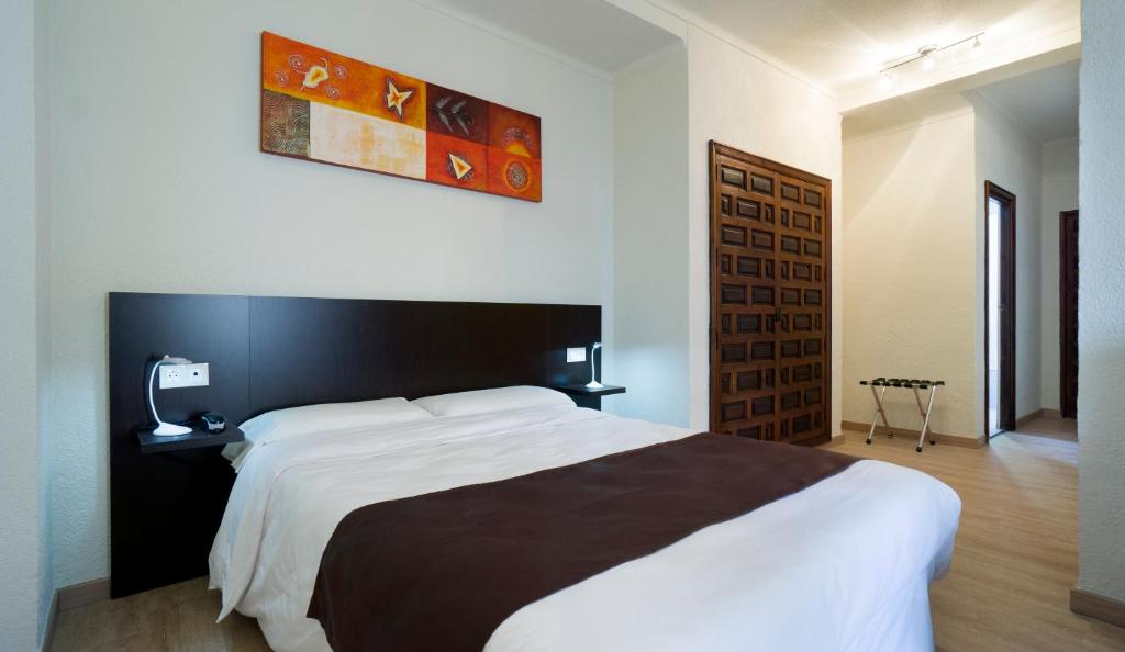 Een bed of bedden in een kamer bij EL POZO Beach & Boutique Hotel