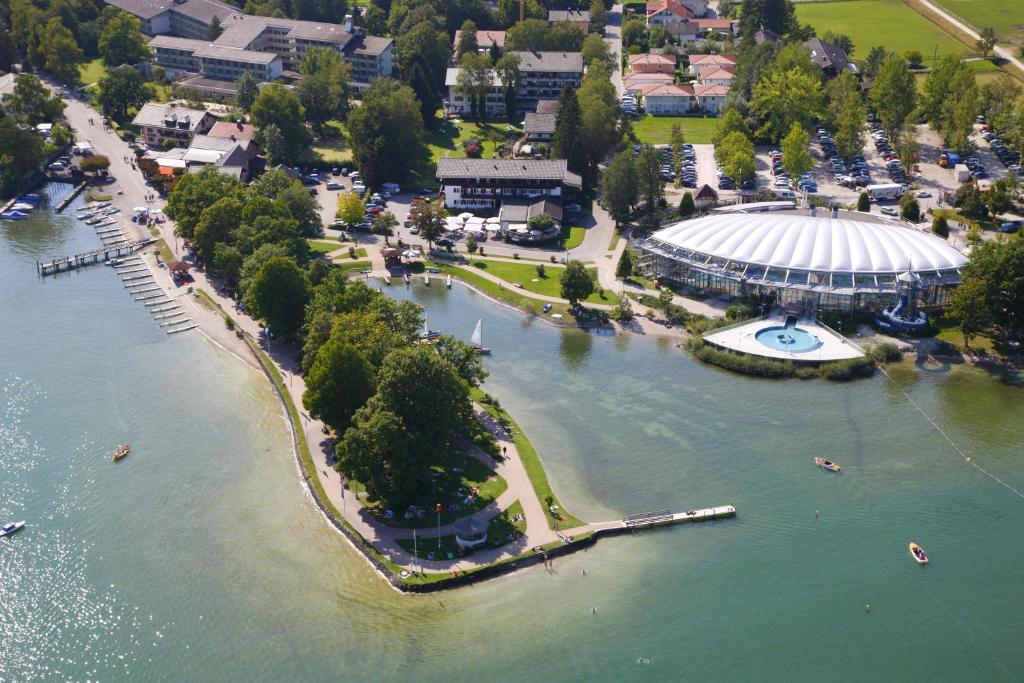 Blick auf Hotel Schlossblick Chiemsee aus der Vogelperspektive
