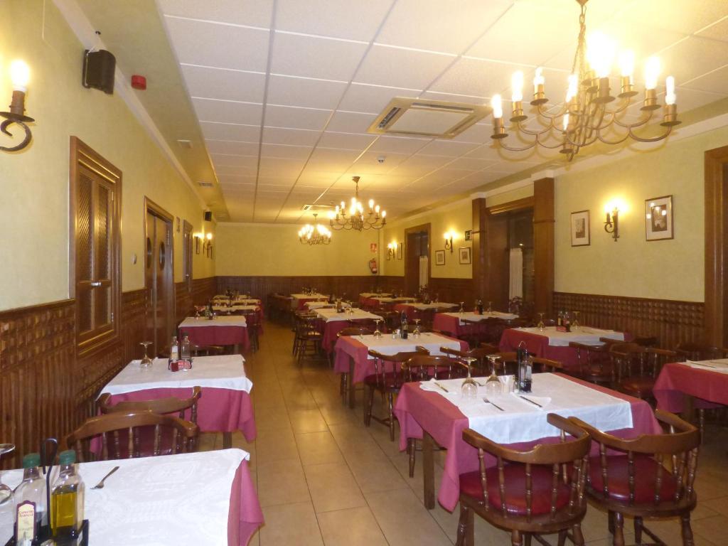 Un restaurante o sitio para comer en Hostal La Perdiz