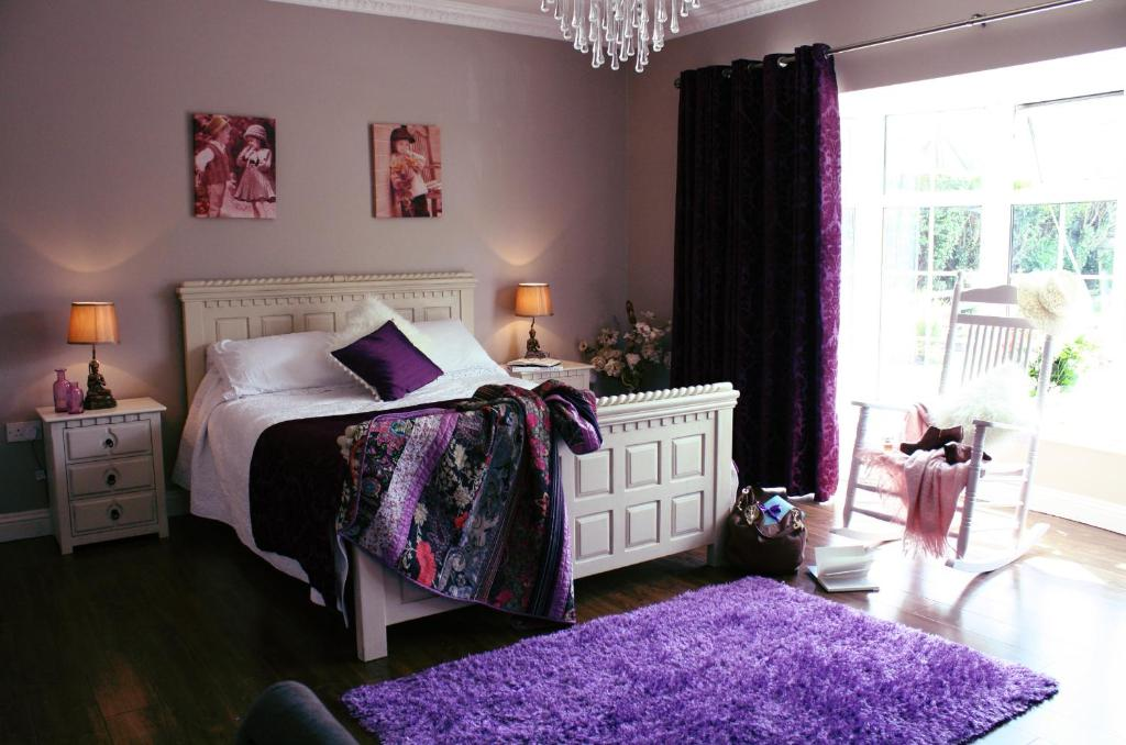 A bed or beds in a room at Beaufort House B&B