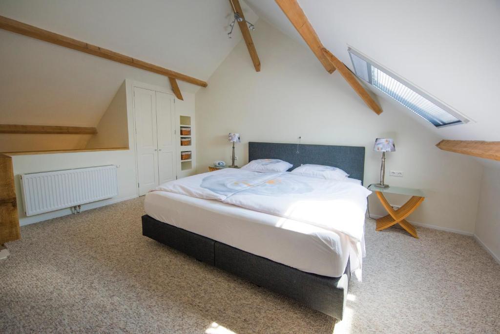 Een bed of bedden in een kamer bij B&B Louisehoeve