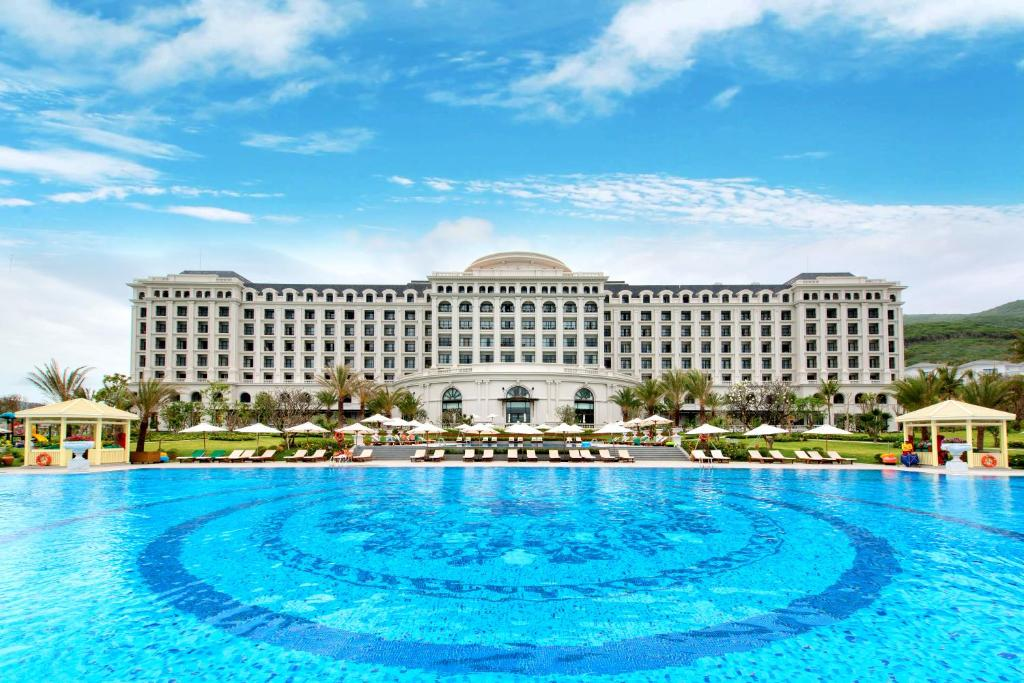 The swimming pool at or close to Vinpearl Discovery Rockside Nha Trang