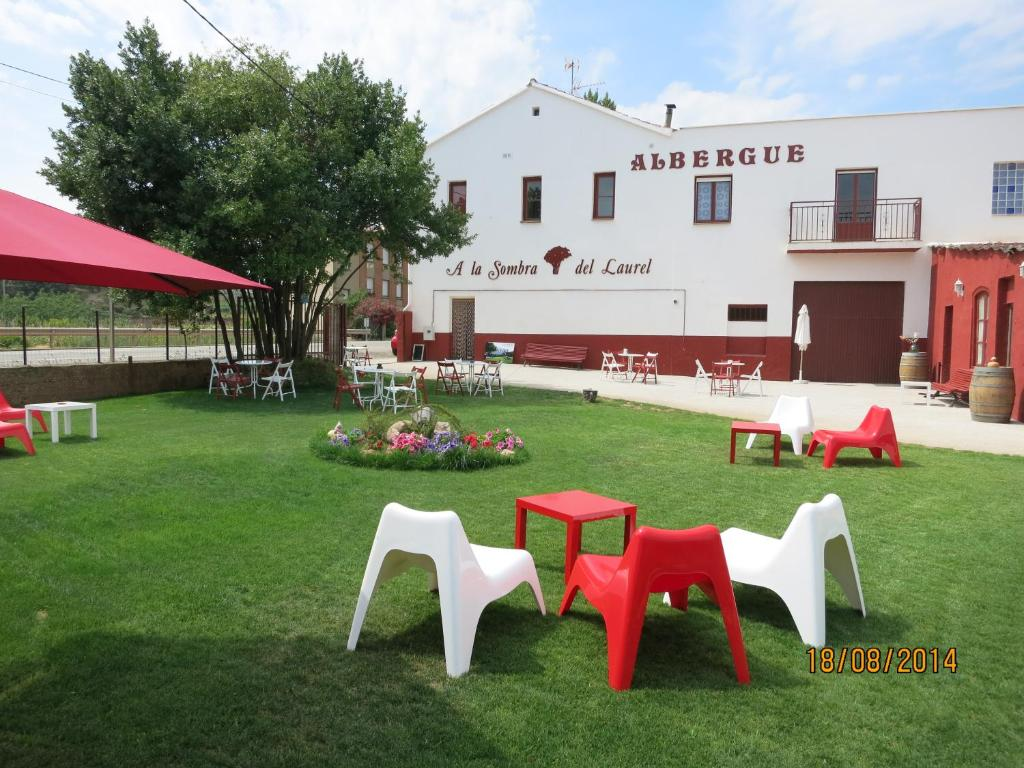 A garden outside Hostal A La Sombra Del Laurel