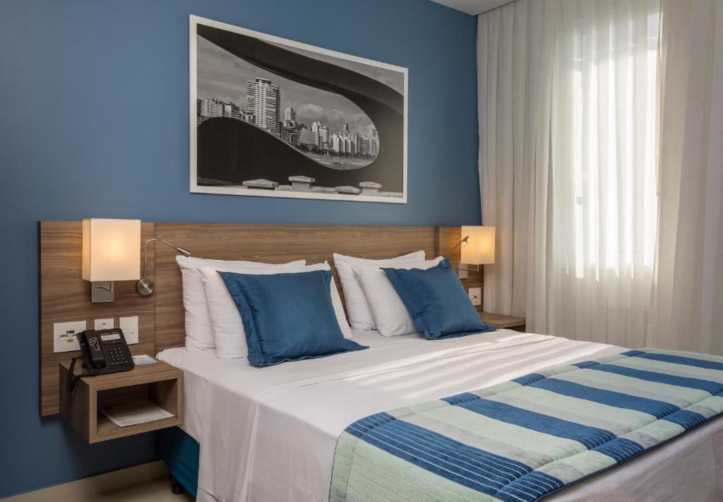 A bed or beds in a room at Comfort Hotel Santos