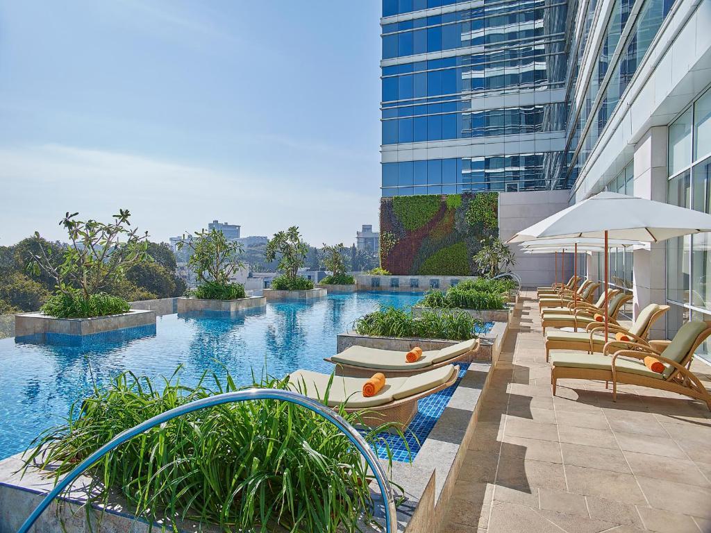 المسبح في شانغري - لا هوتيل، بانغالور أو بالجوار