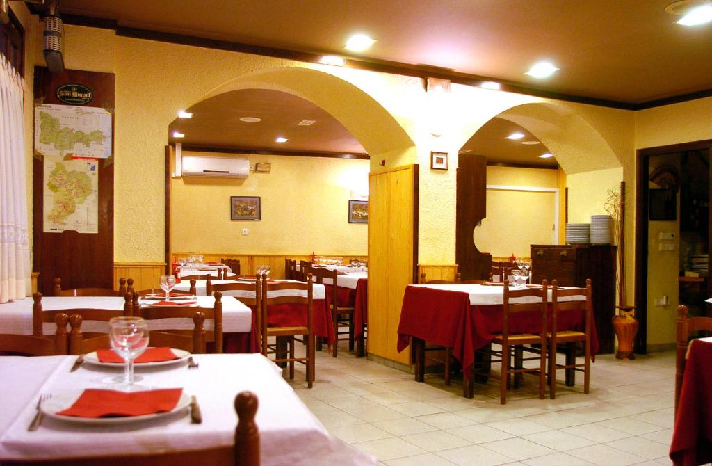 A restaurant or other place to eat at Hostal Les Collades