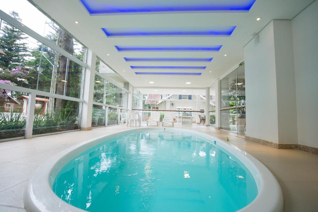 A piscina localizada em Sky Premium Hotel Gramado - Ótima Localização ou nos arredores