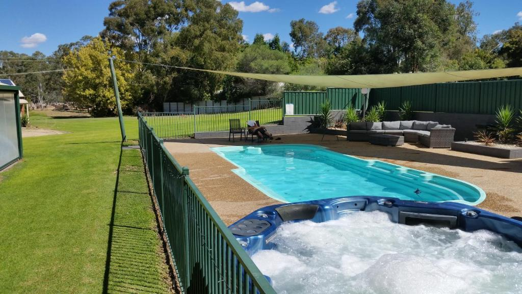 The swimming pool at or near Early Settlers Motel Tocumwal